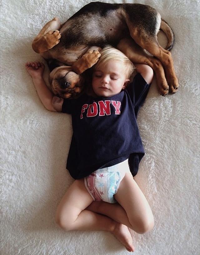 crianca-e-cachorro-dormindo-05
