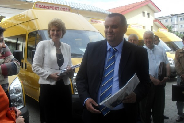 prefectul si sefa ISJ la microbuze