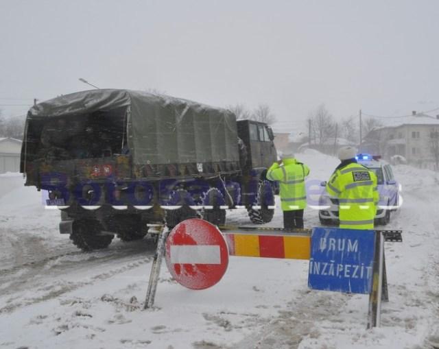 Masina armatei pe drum inzapezit