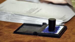 stampila si buletinul de vot la alegeri