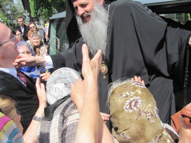 mitropolitul Teofan -binecuvantand credinciosii din Botosani