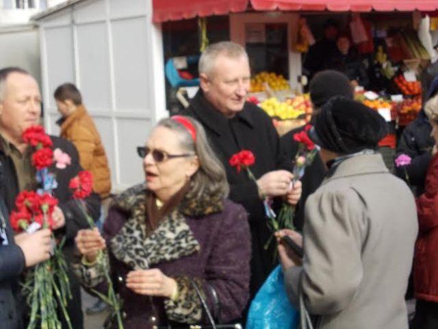 Cristian Roman impartind flori la Botosani