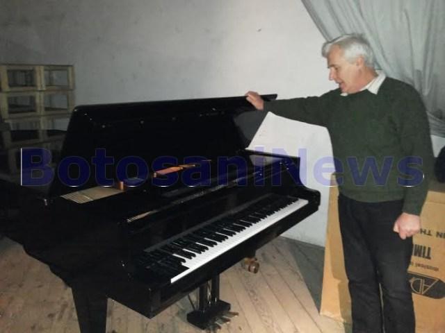 Ioan Turcanu cu pianul donat de Camera Deputatilor