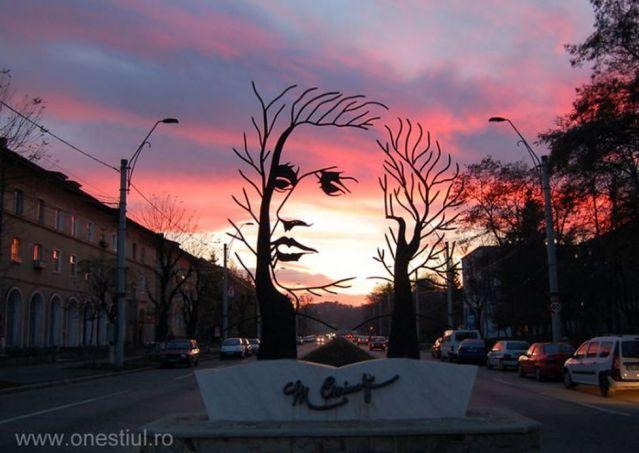 imaginea poetului Mihai Eminescu din municipiul Onesti