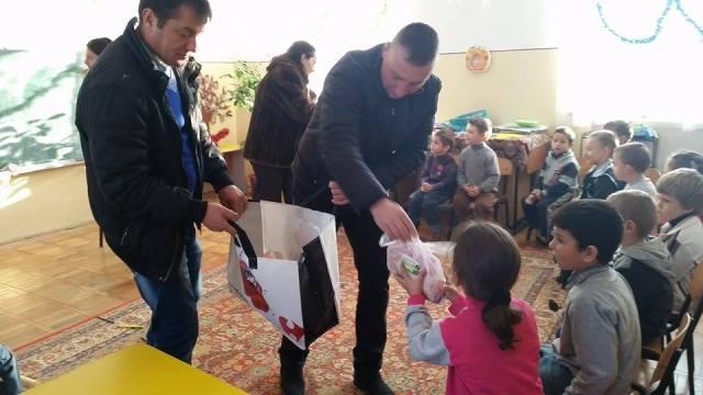 Andreea Suhareanu oferind daruri copiilor din satele din comuna Mihai Eminescu- Botosani