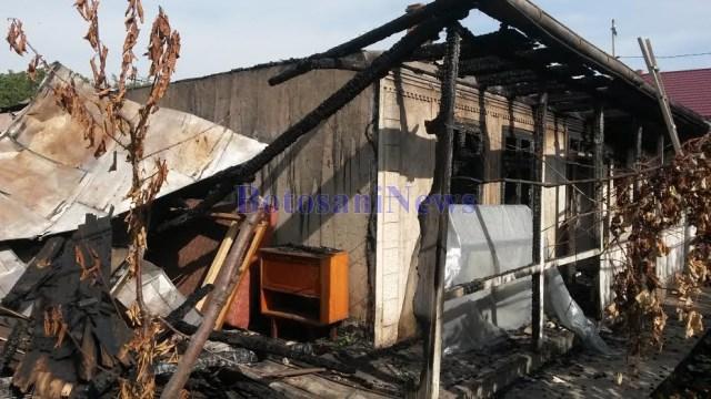 casa distrusa de incendiu la Roma- Botosani