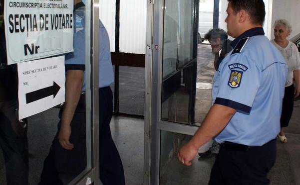 politisti in sectia de votare