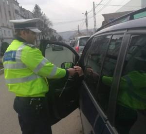politisti impartind flori la Saveni- Botosani