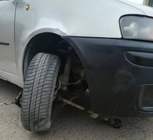 masina cu roata avariata din cauza gropilor la Botosani