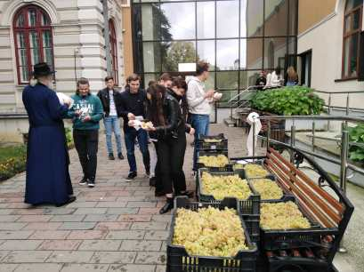 struguri oferiti de preotul Chirvase elevilor de la Laurian Botosani (2)