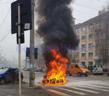 masina arsa pe strada Ion Pillat din Botosani (2)