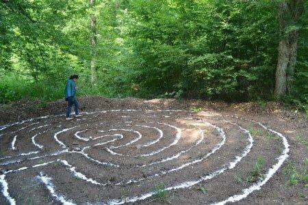 Egy erdei labirintusban sétál egy nő, türkiz színű kendővel a lábán, mezítláb. Ez a nő én vagyok.