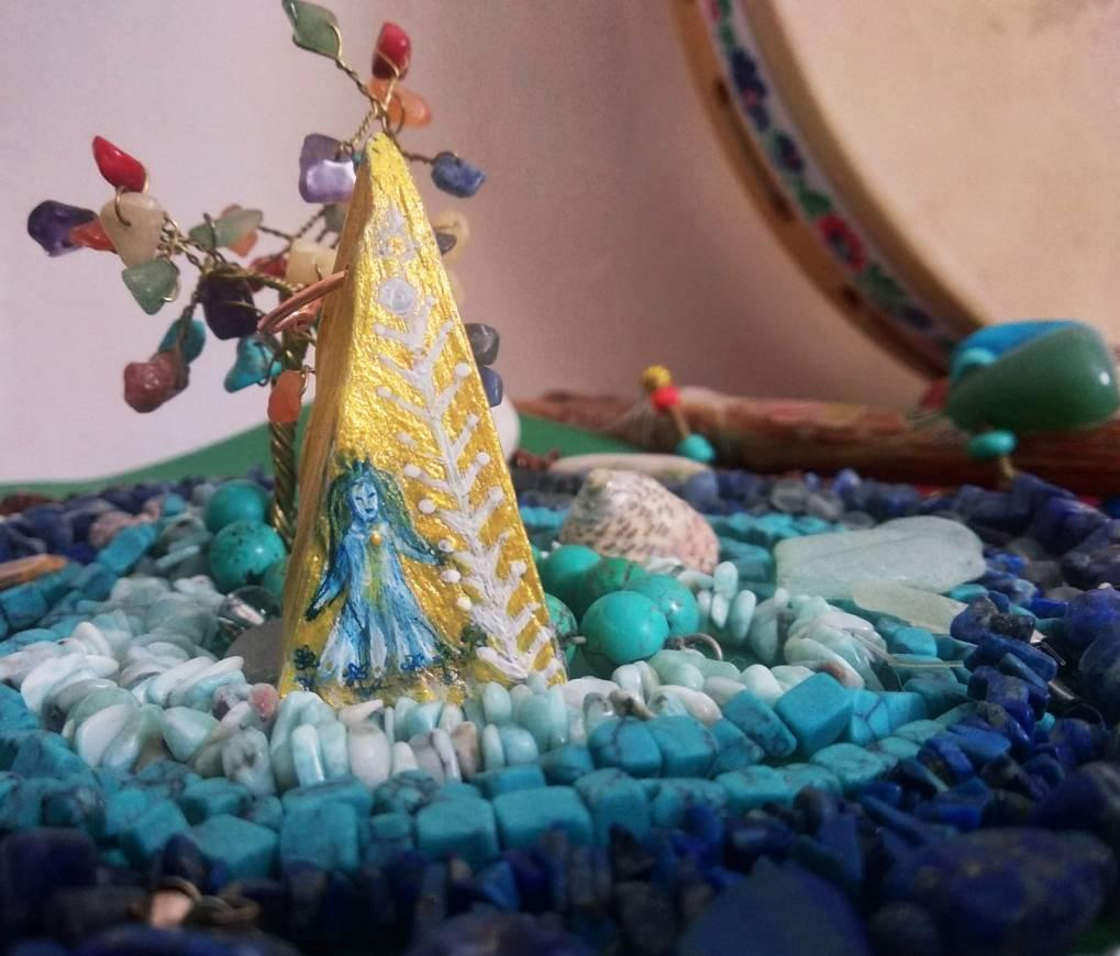 Egy kék hajú tündér a 22 ágú élefával. Arany színűre festett piramis formájú fa medál, ami az évkör új fény jelképe.