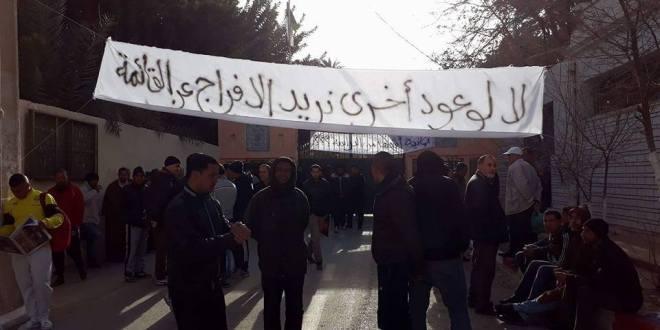 حركة أحتجاجية امام دائرة بوسعادة للمطالبة بتسريع توزيع السكنات الاجتماعية