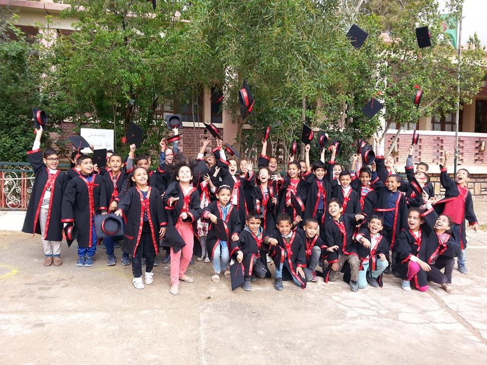 تلاميذ مدرسة بازة محمد  ببوسعادة يتميزون في ذكرى يوم العلم