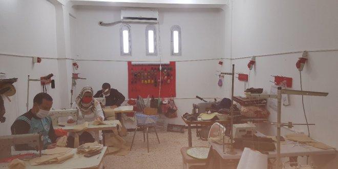 فيديو .. مؤسسة هدروق للخياطة تصمم الكمامات الطبية وتقوم بتوزيعها