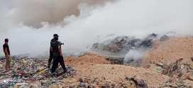 تواصل عملية اطفاء النيران في مكب النفايات بمركز الردم التقني ببوسعادة