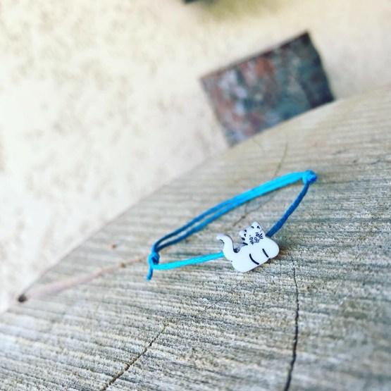 Bracelet avec chaton blanc