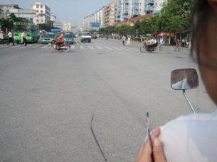 Une petite promenade en moto taxi, rien de mieux pour découvrir la Chine et les chinois ...