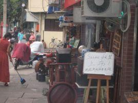 Une règle en or ... trottoir propre ... magasin de qualité ... antiquité ... oui ... poussière ... non ...