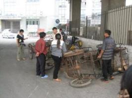 Un pneu crevé ... aucun problème ... voilà un réparateur de vélo dans les rues de Shanghai ...