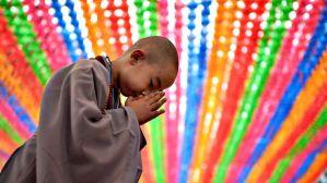 Un petit moine bouddhiste qui prie