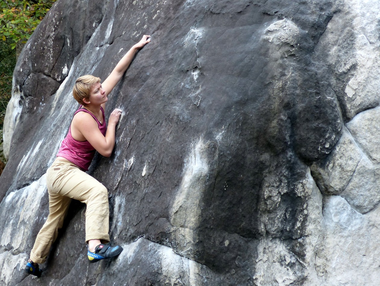 Freddy vom Boulderwelt Athletenteam beim Bouldern in Fontainebleau