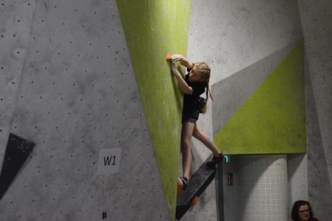 Melike klettert beim bayrischen Qualifikationswettkampf beim Bouldern ins Finale