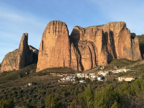 Boulderwelt Athlet Steffen beim Klettern in Spanien