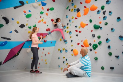 Bouldern und Klettern mit Kindern und Familie in der Kinderwelt der Boulderwelt Dortmund