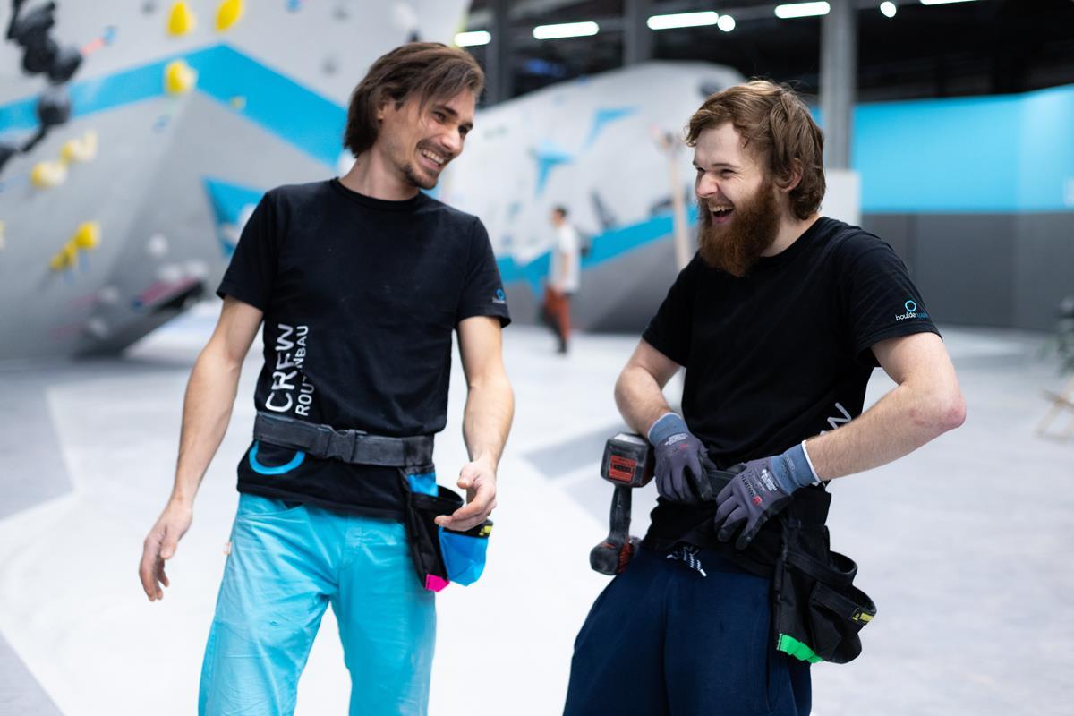 Unsere Boulderwelt Routenbauer Crew Sergej und Richard beim Schrauben