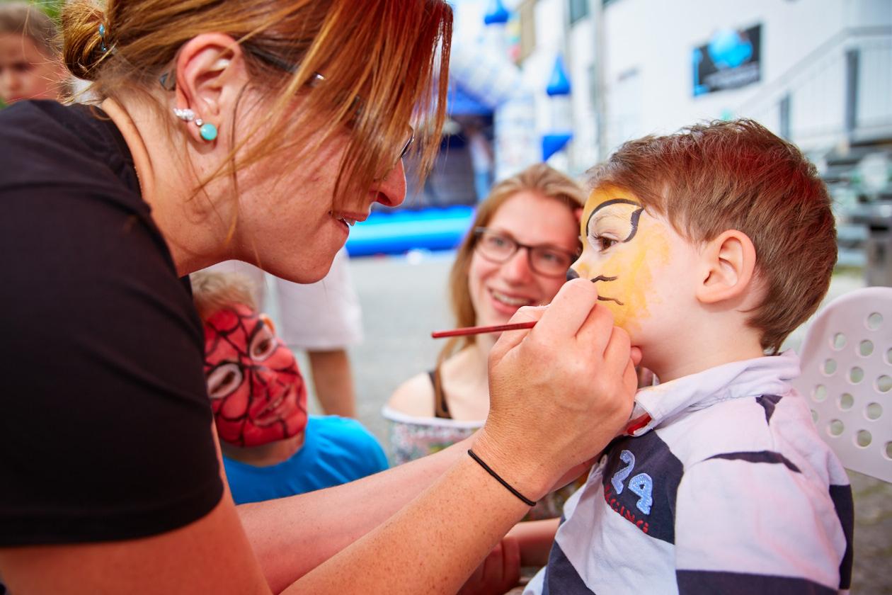 Kinderschminken beim Sommer- und Familienfest in der Boulderwelt München West