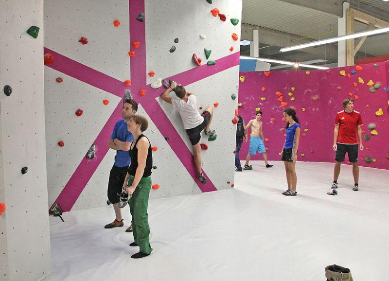 Anlässig dieses besonderen Ereignisses lud die Boulderwelt Regensburg zur Eröffnung des neuen Boulderbereichs (mit weiteren 450m² Boulderfläche) ein. Seit diesem Tag stehen allen Besuchern der Regensburger Boulderwelt ingesamt satte 1100m² Boulderfläche zur Verfügung.