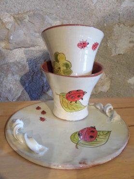 Tasses et plat coccinelles