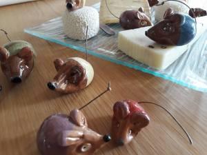 Les souris en céramique sur mon plateau de fromages