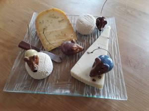 Souris en céramique dans le fromage