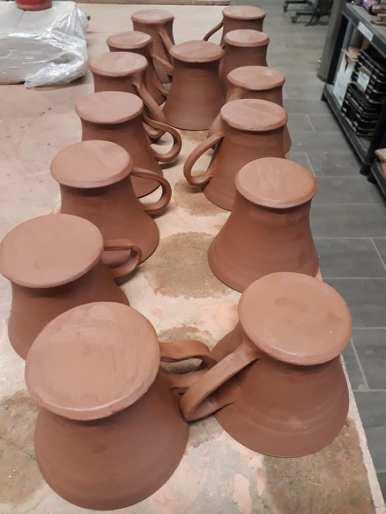série de mugs en cours de sechage