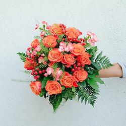 ramo verona con rosa y clavelin naranja y bayas rojas