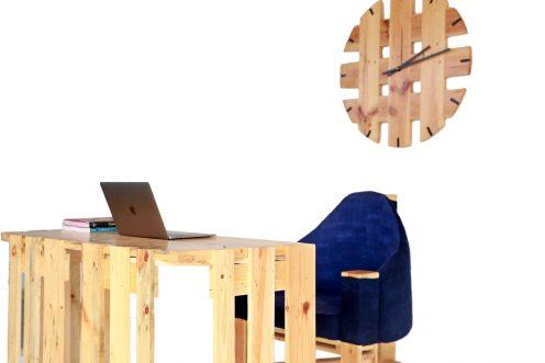 table de bureau, chaise et horloge en palettes 6V6A0240