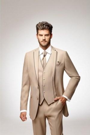Costume complet : Veste, pantalon, gilet, lavallière, pochette, chemise, boutons de manchettes. Veste cintrée à 2 boutons, pantalon droit et poches à l'italienne. coloris beige