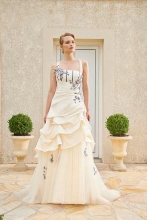 robe de mariée en satin et tulle. avec broderies colorés