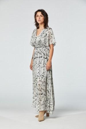 Robe longue imprimée feuilles avec détails fil brillant manches papillon et col en V