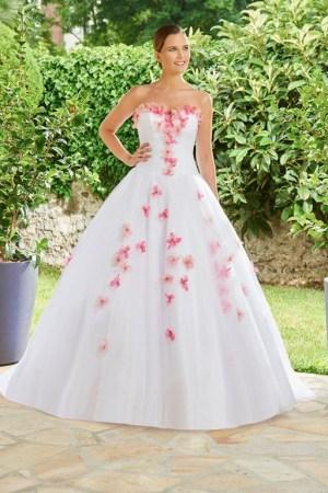 robe de mariée style princesse tulle avec détails colorés.