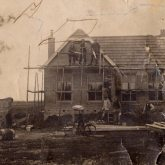 Vroegere woningbouw werknemers op steiger. Rond 1925
