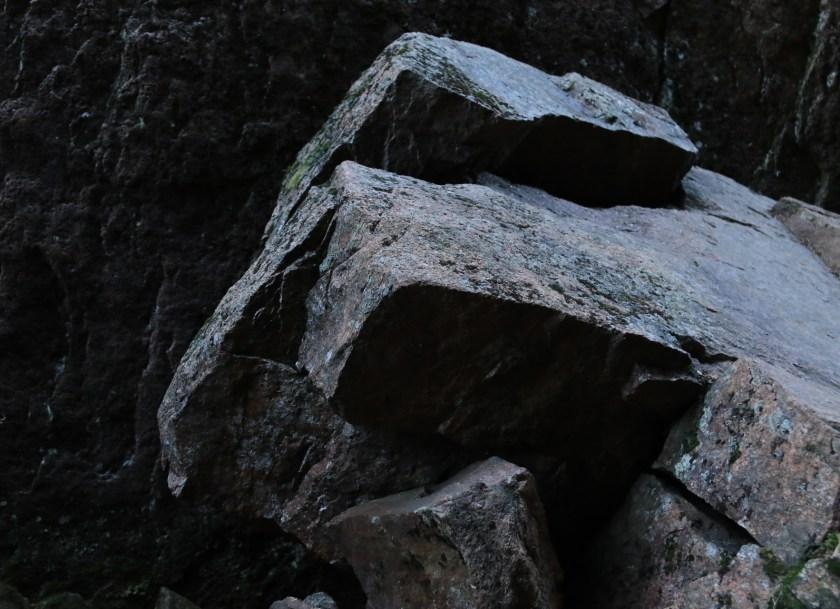 Väldiga stenblock bildar konst i botten på Slåttdalsskrevan.