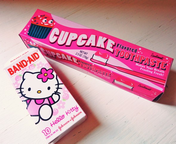 hello kitty pansements band aid cupcake dentifrice