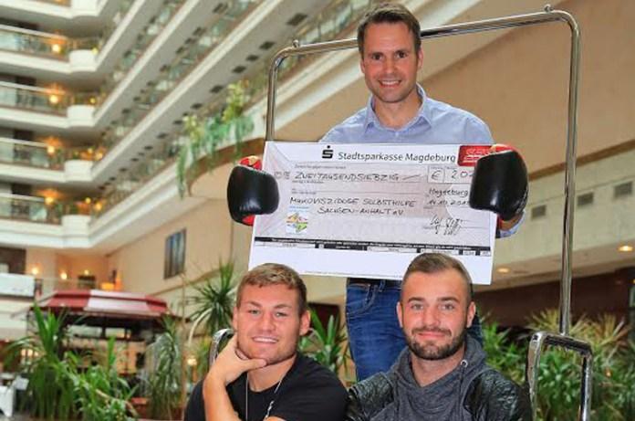 Dominic Bösel, Tom Schwarz und Ulf Steinforth übergeben Spendenscheck an die Mukoviszidose Selbsthilfe Sachsen-Anhalt