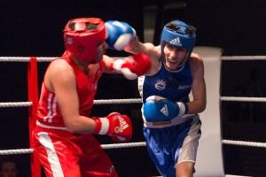 Fatih Karabathman, TuS Gerresheim (blau), PS über Hussein Fakhro, BR Ess... / Foto: Mariusz Ginel, go4boxing.com