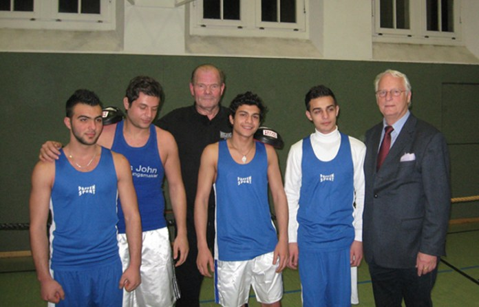 Die vier Asylanten mit Jürgen Blin und Sportmann-Boss Hans John