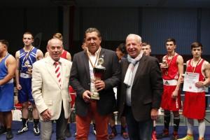 NRW Jugendwart Josef Gottfried nimmt Auszeichnung als bester LV entgegen / Foto: go4boxing.com